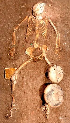 A partir de las características de los materiales cerámicos hallados, los expertos determinaron de manera preliminar que la tumba data del periodo Preclásico Medio, entre 700 y 500 a.C.