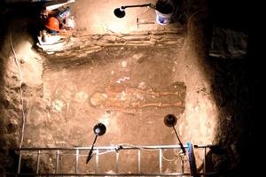 Los arqueólogos lograron desenterrar en su totalidad una tumba de 4x3 metros cuadrados, localizada a unos siete metros al interior del Montículo 11, que contenía los restos óseos de tres individuos.
