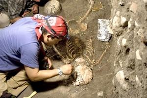 Este descubrimiento lo realizaron integrantes del Proyecto Arqueológico Chiapa de Corzo, en el que convergen especialistas del INAH-Conaculta, de la Universidad Brigham Young (BYU), de Utah, Estados Unidos; y del Centro de Estudios Mayas del Instituto de Investigaciones Filológicas, de la Universidad Nacional Autónoma de México (UNAM).