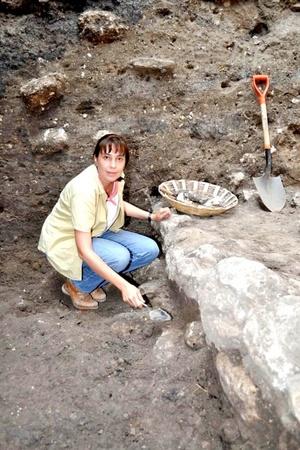 El hallazgo en este sitio de filiación zoque consiste en los restos óseos de cuatro individuos, dos de ellos vestidos con jade, utensilios de cerámica y otros objetos preciosos para la cultura y la época, indicó el Instituto Nacional de Antropología e Historia (INAH-Conaculta).