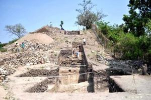 La tumba de un dignatario que podría ser la más antigua de su tipo en toda Mesoamérica, con una antigüedad aproximada de 2 mil 700 años, fue localizada por científicos dentro de una pirámide en la Zona Arqueológica Chiapa de Corzo, en el municipio del mismo nombre, en el estado de Chiapas.