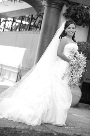 Srita. Sofía del Carmen Soto Valdés, el día de su boda con el Sr. Ricardo Alberto Marín Metlich. <p> <i> Maqueda Fotografía</i>