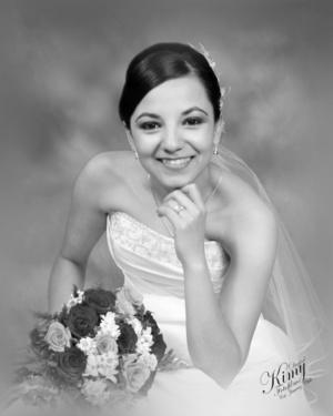 Ing. Rebeca Márquez García posa radiante para una fotografía de estudio el día de su boda con el Ing. Fernando Sánchez Hernández. <p> <i>Digital Kimy Fotofilms</i>