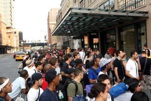 Más de un millar de personas hicieron cola fuera de la principal tienda de Apple en Londres.