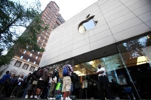 Miles de personas hicieron largas colas en las tiendas de Apple y sus distribuidores en Estados Unidos, Reino Unido, Francia, Alemania y Japón para tener en sus manos el nuevo iPhone 4G.