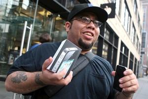 Los amantes de las nuevas tecnologías hicieron cola en las tiendas de Apple.