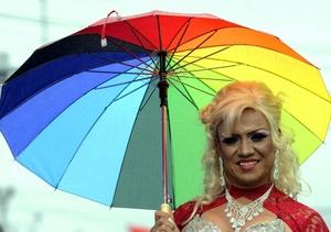 Cientos de bugas, como suele referirse la comunidad gay a los heterosexuales, se solidarizan año tras año con la celebración que saca del closet a muchos.