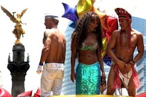 ¡Viva Carlos Monsiváis! ¡Vivan los gays y lesbianas que nos dieron Patria!, fueron parte de las consignas que se escucharon en la marcha.