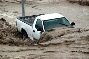 El cauce del río en Santa Catarina, arrastró varios vehículos que estaban estacionados en el área.
