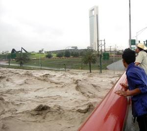 Autoridades de Protección Civil de Monterrey reportaron la muerte de al menos dos personas a causa de las intensas lluvias registradas en la entidad provocadas por la ahora tormenta tropical Alex.