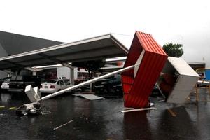 La tormenta tropical 'Alex' continúa debilitándose, mientras ocasiona fuertes lluvias a su paso por el noreste de México.