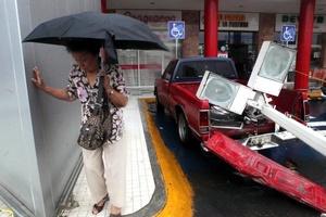 Los fuertes vientos y lluvias que azotaron en la capital tamaulipeca dejaron sin luz a toda la población.