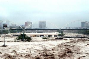 La tormenta 'Alex' ha dejado inundaciones en calles y la crecida del río Santa Catarina en el área metropolitana de Monterrey.