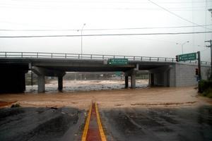 En Ciudad Victoria se quedan sin luz, e incomunicados, en Matamoros 120 colonias inundadas, seis bajo el agua.