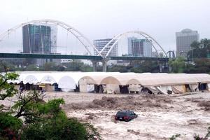 Cientos de puestos comerciales que operaban en el cauce, siempre seco, del río Santa Catarina, NL, fueron arrastrados por la corriente del afluente que registra niveles históricos, similares a las registradas en 1998 por el huracán Gilberto.