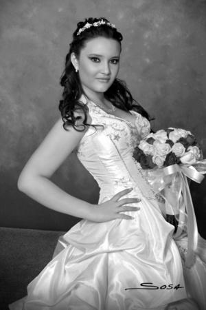 Srita. Bárbara Daniela Morales Márquez en una fotografía de estudio con motivo de sus XV años. <p> <i> Studio R. Sosa</i>