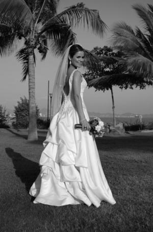 LCPF. Socorro Ponce Sifuentes, el día de boda con el P.D. Adam Gagnon. <p> <i>Estudioa</i>
