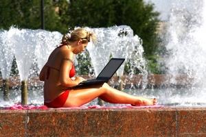 Una joven se refresca en una fuente en Moscú, Rusia, ante la ola de calor que ha afectado esta ciudad en los últimos días, con temperaturas por arriba de los 30 grados centígrados.