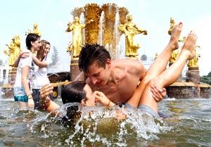 Un grupo de jóvenes moscovitas se refrescan en una fuente en el Centro de Exposiciones de Rusia en Moscú.