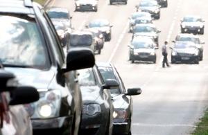 El aire caliente hace borroso el contorno de los coches que esperan en un semáforo en Moscú, Rusia.