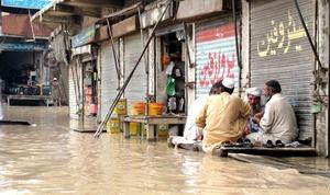 Vista de una calle inundada a consecuencia de las lluvias monzónicas en Bannu, Pakistán. Pakistán sufre una ola de intenso calor con temperaturas que alcanzan los 45 grados centígrados en varias partes del páis.