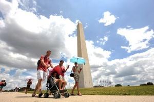 Una familia camina cerca al monumento a George Washington en Washington, DC. Una fuerte ola de calor ha afectado la Costa Este de Estados Unidos desde Virginia hasta Maine con temperaturas que exceden los 37.7 grados centígrados.