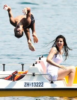 Dos jóvenes combaten el calor en un lago de Zúrich,Suiza. Las temperaturas alcanzaron hasta 35ºC en todo el país.