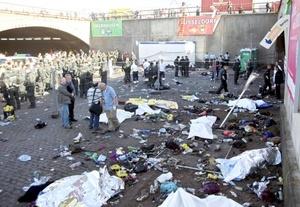 Al menos cuatro extranjeros figuran entre las víctimas mortales de la avalancha humana.