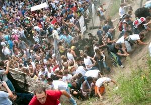 La más multitudinaria fiesta tecno del mundo, derivó en tragedia con al menos 18 muertos y un centenar de heridos, al desatarse el pánico en un túnel abarrotado de jóvenes.