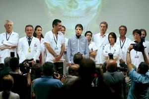 El joven participó en el encuentro con los medios acompañado del jefe del Servicio de Cirugía Plástica y Quemados, Joan-Pere Barret, que dirigió al equipo de más de treinta personas que realizó el trasplante.
