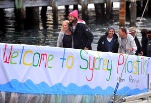 El Plastiki, un bote de vela construido con 12 mil 500 botellas de plástico, atracó en Sydney, luego de una travesía de 128 días.