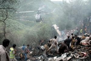Eran visibles las llamas y el lugar despedía humo mientras un helicóptero sobrevolaba la zona.