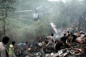Un avión de pasajeros se estrelló en las colinas cercanas a Islamabad y todos los 152 pasajeros a bordo murieron.