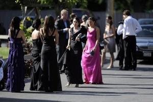 Invitados se suben a un bus para asistir a la boda de Chelsea Clinton, hija del ex presidente estadounidense William Clinton, con el banquero Marc Mazvinsky en la mansión Astor Courts de Rhinebeck, Nueva York.