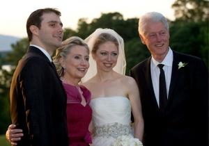 Chelsea Clinton con sus padres, y Marc Mezvinsky tras la ceremonia nupcial en Astor Courts en Rhinebeck, Nueva York.