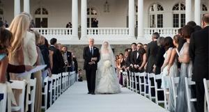 Chelsea Clinton , la hija del ex presidente de EU Bill Clinton y de la actual secretaria de Estado, Hillary Clinton, durante su boda con Marc Mezvinsky, en Astor Courts en Rhinebeck, Nueva York.