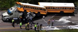 Los autobuses transportaban a los alumnos de octavo grado que forman parte de la banda en el distrito escolar de St. James al parque de diversiones Six Flags.