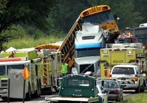 La colisión ocurrió justo cuando el vehículo disminuía su velocidad debido a la congestión de tránsito por obras de construcción en la autopista.