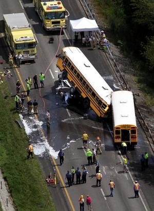 Los autobuses llevaban a los estudiantes al parque de atracciones Six Flags aproximadamente a 10 millas de la escena del accidente.