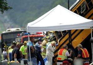 Dos autobuses que transportaban estudiantes de escuela superior a un parque de diversiones tuvieron un accidente con un tractor-remolque.