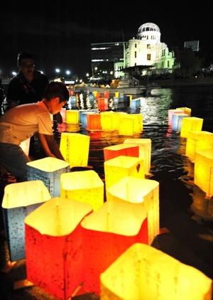Varias personas colocaron farolillos iluminados con velas en el río Motoyasu.