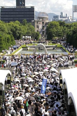La ciudad japonesa de Hiroshima recordó hoy el 65 aniversario del lanzamiento de la primera bomba atómica con un llamamiento al desarme nuclear.
