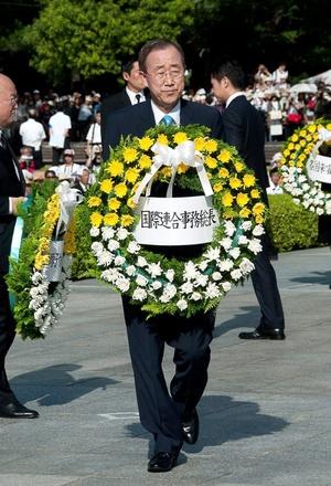 El secretario general de las Naciones Unidas (ONU), Ban Ki-moon, colocó una ofrenda floral en el Parque Memorial de la Paz.