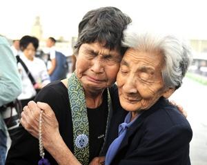 supervivientes japonesas rezan por las víctimas de la bomba atómica lanzada por Estados Unidos sobre Hiroshima en 1945.