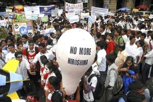 Estudiantes indios protestaron en el día de la Paz recordando la bomba atómica.