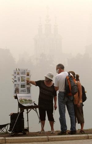 La densa nube redujo la visibilidad en toda la ciudad.