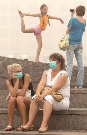 La elevada contaminación del aire obligó a Sanidad a mantener su recomendación a los moscovitas de no salir a la calle, no abrir las ventanas y utilizar mascarillas y máscaras de oxígeno.