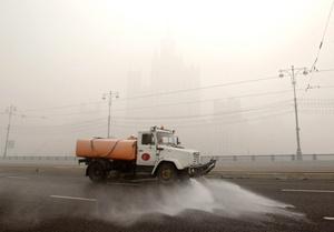 Un camión cisterna humedece una carretera para combatir las altas temperaturas en Moscú.