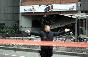 Desde el exterior se aprecian daños en las ventanas del edificio y en las losetas que revisten algunas zonas de su fachada lateral.
