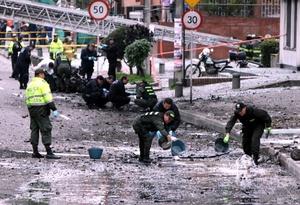 Al menos nueve personas resultaron heridas al estallar un coche bomba cerca de la sede de una estación de radio en Bogotá.